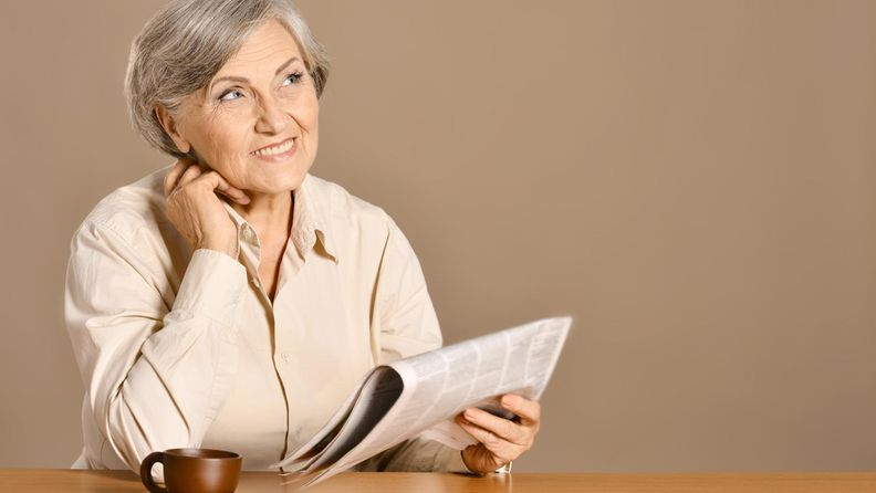 Iäkäs rouva, lehti, lukeminen