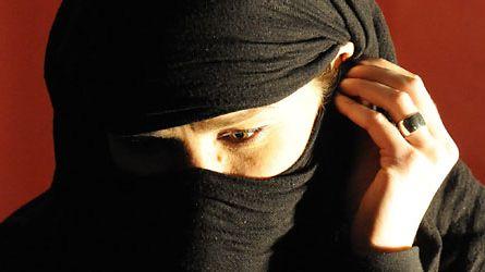 Väkivaltaa pelkäävä nainen Helsingissä 19. marraskuuta 2008. Tilanne on lavastettu. (Lehtikuva)
