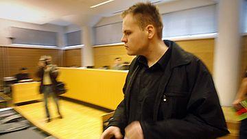Helsingin käräjäoikeus aloitti 9. lokakuuta 2007 Tallinnan paloittelumurhaajaksi epäillyn, Pasi Markus Pöngän valelaskutuksen käsittelyn valmisteluistunnossa.