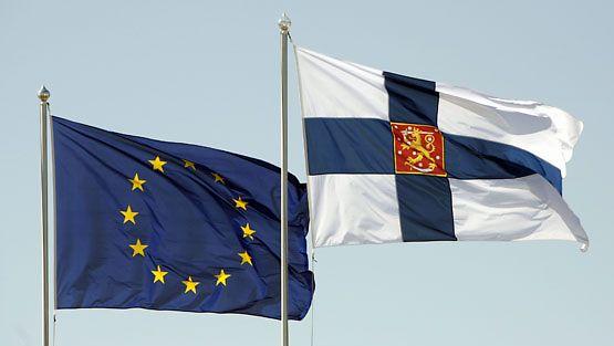 Suomen ja EU:n liput Vaalimaan raja-asemalla. (Lehtikuva)