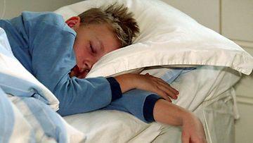 sairas lapsi nukkuu