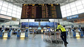 Helsinki-Vantaan lentokenttä avattiin vähäksi aikaa maanantaina 19. huhtikuuta 2010. (Lehtikuva)