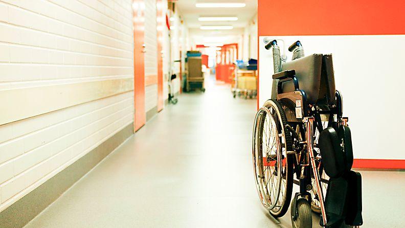 Sairaalan tyhjä käytävä.