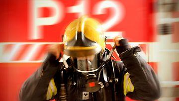 Palomies työssään.