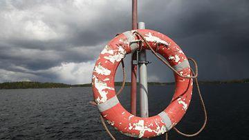 Repalainen pelastusrengas Imatran vierasvenesatamassa Saimaan rannalla 14.5.2008.