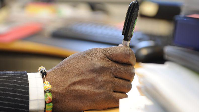 Ghanalaissyntyinen Itellan henkilöstökonsultti Wilberforce Essandor työssään Helsingissä 21. huhtikuuta 2011. Kuva: Lehtikuva
