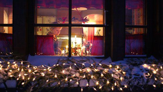 Sähköiset kynttiläsarjat koristavat monen kodin ikkunoita jouluna