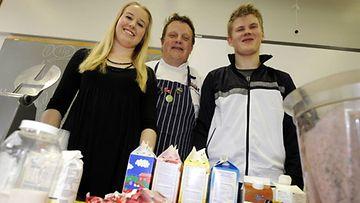 Kokki Michael Björklund ohjasi kotitaloustuntia Tiirismaan lukiossa, kun kruununprinsessa Victoria tuli vieraisille.