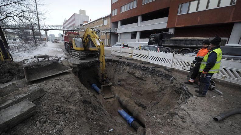 Helsingissä Sörnäisten rantatiellä sattui yöllä suuri maanalainen vesivuoto, jonka seurauksena liikenne tiellä jouduttiin katkaisemaan. Putken vuotokohtaa korjattiin 11. helmikuuta 2012 aamupäivällä.