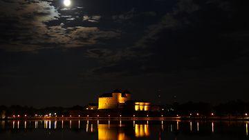 Kuva kirkkaasta superkuusta Hämeen linnan yläpuolella 10. elokuuta 2014.