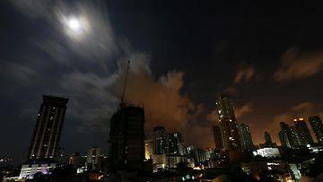 Superkuu nousemassa Manilan ylle Filippiineillä 11. elokuuta 2014.