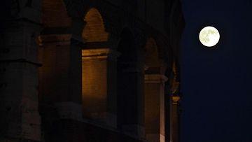 Superkuu Colosseumin lähellä Roomassa 10. elokuuta 2014.