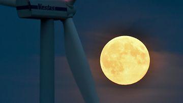 Superkuu nousi taivaalle myös Sieversdorfin lähellä Brandenburgissa Saksassa 10. elokuuta 2014.
