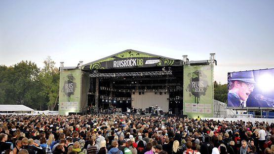 Yleisöä seuraamassa Interpolin esiintymistä Ruisrockissa 6. heinäkuuta 2008.