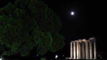 Superkuu antiikin temppelin yllä Ateenassa Kreikassa 10. elokuuta 2014.