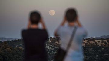 Ihmiset katselevat superkuuta Cordobassa Etelä-Espanjassa 10. elokuuta 2014.