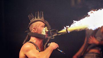 Rammstein yhtye esiintyi Helsingissä vuonna 2001. Kuvassa yhtyeen vokalisti Till Lindeman.