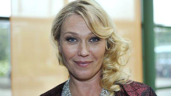 Näyttelijä Outi Mäenpää nappasi parhaan naissivuosan palkinnon.