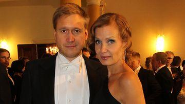 Samuli Edelmann vaimonsa Laura Tuomarilan kanssa.