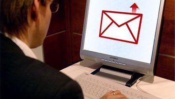 Sähköpostin lähettäminen | Kuva: Lehtikuva