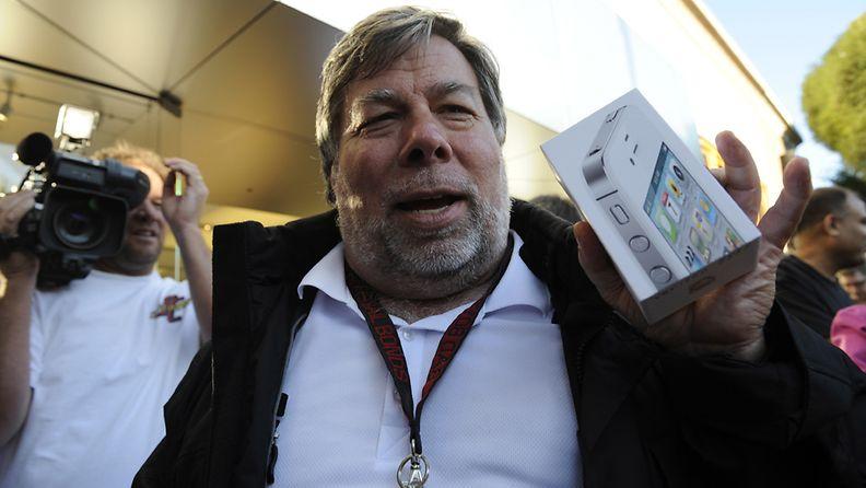 Applen perustaja Steve Wozniak esittelee uutta Applen iPhone 4S -puhelinta.