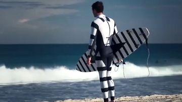 Hain hyökkäyksiltä suojaava uimapuku. (Kuvakaappaus mainosvideosta YouTubessa)