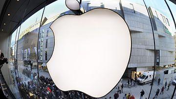 Asiakkaita Applen kaupan edustalla Münchenissä, Saksassa.