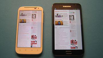 Samsung Galaxy Note (oikealla). Kännykän ja tabletkoneen välimuoto. Vasemmalla HTC Sensation XL. Kuva: Jari Heikkilä