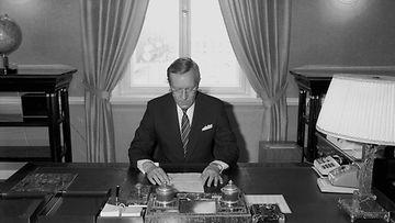 19870430 SUOMI FINLAND: Pääministeri Harri Holkeri työpöytänsä ääressä ensimmäisenä työpäivänään Valtioneuvostossa Helsingissä.