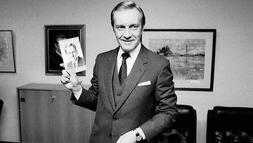 """19811210 HELSINKI: Kokoomuksen presidenttiehdokas Harri Holkeri esitteli uuden kirjansa """"Yhteisellä linjalla - suomalaisia ajatuksia"""" kokoomuksen puoluetoimistossa."""