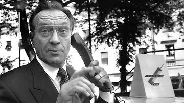 HELSINKI: Harri Holkeri avaa GSM-linjan ja puhuu Suomen ensimmäisen GSM-puhelun.