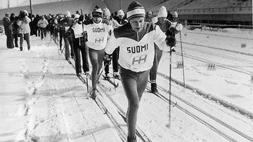 """19820106: Kokoomuksen presidentinvaalikampanjaan kuului """"Harrin hiihto"""" Lahdessa. Ehdokas Harri Holkeri vetää suomipaidassaan kannattajakuntaansa ladulle."""