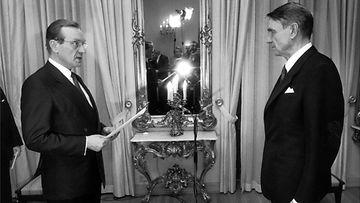 Presidentti Mauno Koivisto vastaanottaa pääministeri Harri Holkerilta tiedon uudelleenvalitsemisestaan presidentiksi Presidentinlinnassa helmikuun 15. 1988.