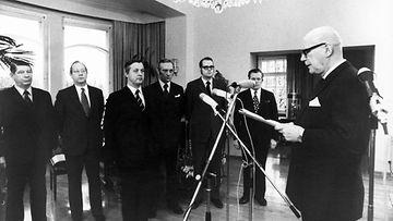 19730109 HELSINKI: Puolueiden edustajat kävivät Tamminiemessä pyytämässä presidentti Urho Kekkosta jatkamaan virkakauttaan. Kuvassa vasemmalta Aarne Saarinen, Jan-Magnus Jansson, Kalevi Sorsa, Harri Holkeri, Pekka Tarjanne ja Artturi Niemelä.