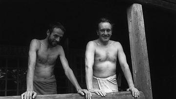 Lasse Viren ja pääministeri Harri Holkeri vilvoittelemassa saunan ja Lassen hölkän jälkeen 20.9.1987.