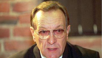 Pankinjohtaja Harri Holkeri infoaa Pohjois-Irlannin rauhanprosessin komission jäsenyydestään.