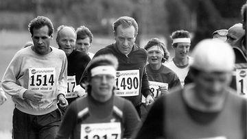 Tallenna 19880918: Pääministeri Harri Holkeri muiden juoksijoiden joukossa 15. Lassen Hölkällä Myrskylässä.