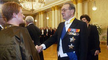 ITSENÄISYYSPÄIVÄ 2003 - LINNAN JUHLAT: Harri Holkeri kättelee tasavalla presidentti Tarja Halosta ja tohtori Pentti Arajärveä Presidentinlinnassa itsenäisyyspäivänä.