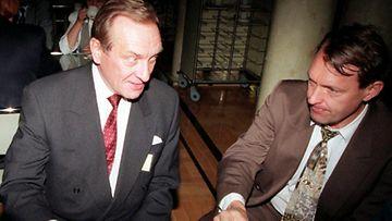 29. 9. 1995 HELSINKI: Pankinjohtaja Harri Holkeri (vas) ja eduskunnan pankkivaltuuskunnan jäsen Esko Seppänen joivat kahvia eduskunnan kahvilassa perjantaina. Pankkivaltuusto piti kokouksen