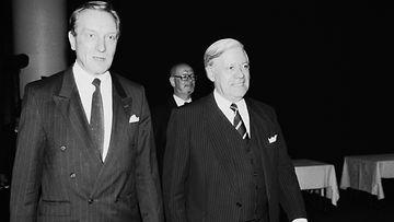 Tallenna 19890903 HELSINKI : Länsi-Saksan entinen liittokansleri Helmut Schmidt (oik.) pääministeri Harri Holkerin kanssa Paasikiviseurassa Suomen vierailunsa aikana.