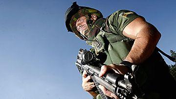 Vääpeli Tenhunen osallistui tiistaina 7. elokuuta 2007 Porin Prikaatissa pidettyyn tiedotustilaisuuteen ISAF-operaatin vaihtohenkilöstön koulutuksesta. Porin Prikaatin Kriisinhallintakeskus kouluttaa suomalaista vaihtohenkilöstöä Afganistanissa käynnissä olevaan ISAF-operaatioon. Kuva: Lehtikuva