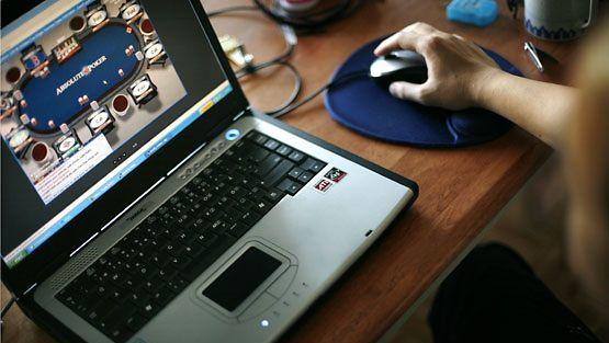 Nuori mies pelaa nettipokeria. Kuvan pelissä ei käytetä oikeita rahapanoksia.