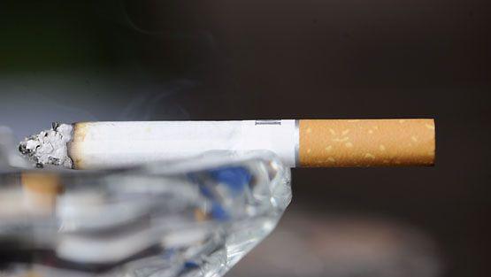 Itsestään sammuva savuke Helsingissä 30. maaliskuuta 2010. (LEHTIKUVA)