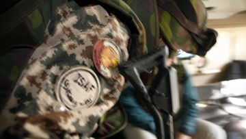Suomalainen rauhanturvaaja Pasi-ajoneuvon kyydissä Afganistanissa 25. marraskuuta 2006.