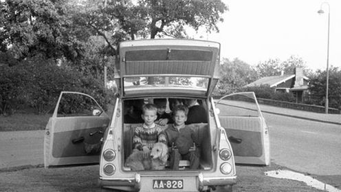 Saab on erittäin tilava auto. Siihen mahtuu ainakin seitsemän henkeä ja yksi villakoira vuonna 1963. ||| Seven persons and a dog packed into the Saab car in 1963. LEHTIKUVA