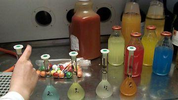 Tullilaboratoriossa tutkitaan elintarvikkeiden sisältämiä lisäaineita.