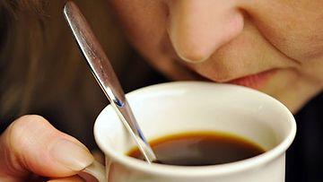 Suomalaiset juovat päivässä noin kolme mukia kahvia. (Lehtikuva)