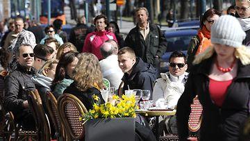Joko tänä viikonloppuna uskaltaudutaan terasseille? Ihmisiä terassilla Helsingin Esplanadilla viime vuoden huhtikuussa.