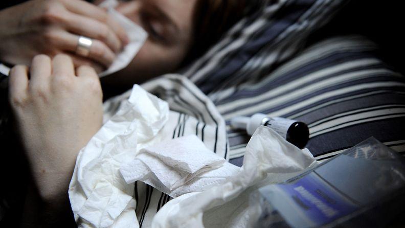 Nainen potee influenssaa. Kuva: Lehtikuva