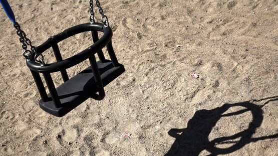 Leikkipuistoissa on edelleen runsaasti turvallisuuspuutteita. (Lehtikuva)
